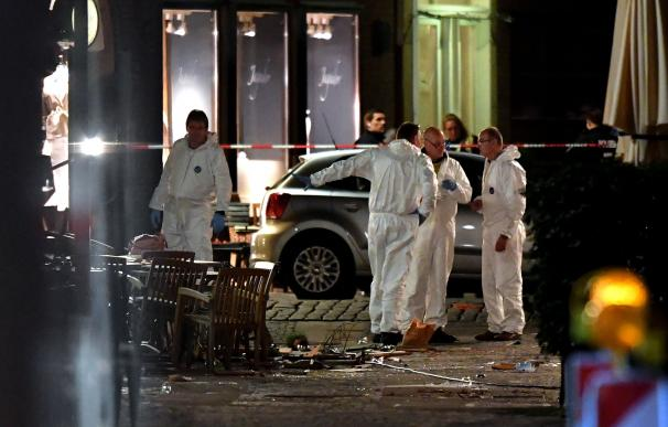 Los forenses trabajan en la escena del atropello en la ciudad alemana de Münster (EFE/EPA/SASCHA STEINBACH)