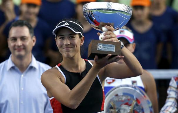 Muguruza levantando la copa de ganadora del torneo de Monterrey