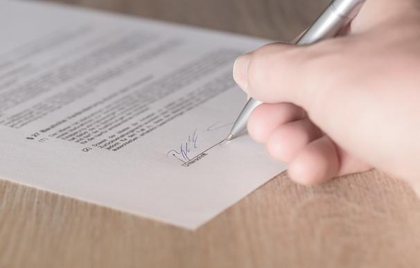 La firma sigue teniendo validez legal en los contratos pero sus días están contados / Pixabay