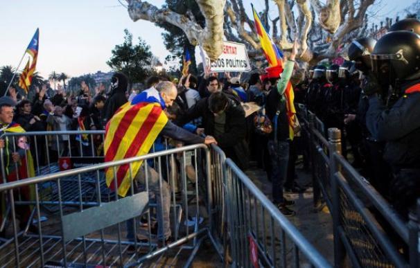 Manifestantes saltan el vallado que protege el Parlament durante las protestas