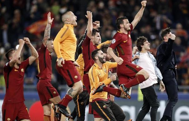 Fotografía de los jugadores de la Roma celebrando la victoria ante el Barcelona.