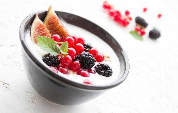 Desayuno yogur y frutas