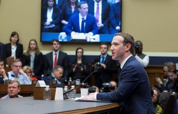 """El fundador y presidente ejecutivo de Facebook, Mark Zuckerberg (d), testifica ante el Comité del Congreso sobre Energía y Comercio sobre """"Transparencia y el uso de información del usuario"""", en el Capitolio de Washington DC (Estados Unidos) hoy, 11 de abr"""
