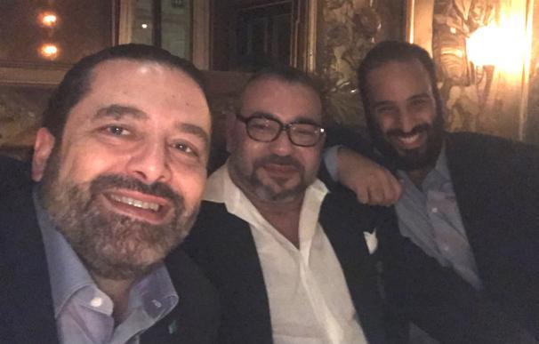 El príncipe Mohamed bin Salman junto al primer ministro libanés, Saad Hariri, el rey de Marruecos, Mohamed VI en París.