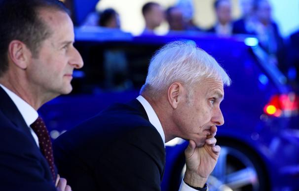 Volkswagen ha cesado al presidente mundial del grupo, Matthias Müller (dcha), que será sustituido por Herbert Diess (izda), actual jefe de la marca VW. EFE/Larry W. Smith