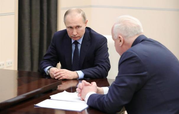 El presidente ruso, Vladímir Putin (i), conversa con el presidente del Comité de Investigación, Alexander Bastrykin (d), durante una reunión en la residencia en Novo-Ogaryovo, a las afueras de Moscú (Rusia)
