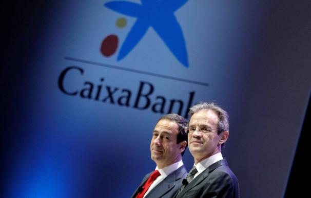 El presidente de CaixaBank, Jordi Gual (dcha), y el consejero delegado, Gonzalo Gortázar, al comienzo de la junta general de accionistas este viernes. MANUEL BRUQUE EFE
