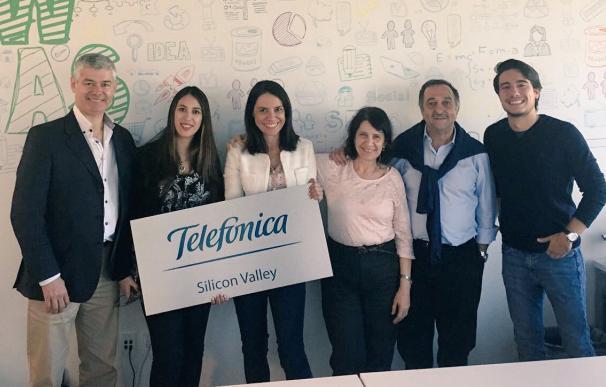 Guenia Gawendo (en el centro), en la oficina de Silicon Valley.