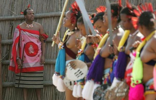 El rey Mswati III en el gran «casting» que hizo para elegir a su decimotercera esposa entre miles de jóvenes vírgenes (EFE)