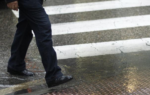 Evitar usar 'smartphones' y caminar en sentido contrario a la circulación, consejos a peatones para evitar atropellos