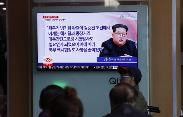 Ciudadanos surcoreanos en Seúl miran en TV noticias sobre el anuncio del régimen de Corea del Norte, el 21 de abril de 2018. (EFE/EPA/JEON HEON-KYUN)