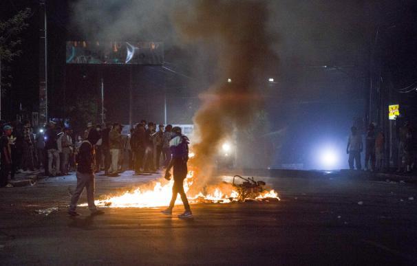 Manifestantes queman decenas de objetos el viernes 20 de abril de 2018, durante las protestas en Managua (Nicaragua) EFE/Jorge Torres.