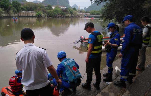 Los equipos de rescate buscan víctimas desaparecidas (EFE / EPA)