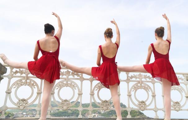 Casi 1.500 bailarines han participado hoy en la exhibición de barra clásica en la barandilla de la Concha de San Sebastián, organizada con motivo del Mes de la Danza. EFE/Javier Etxezarreta