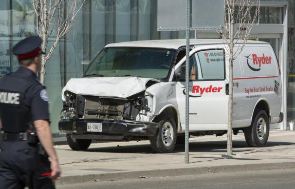 Vista de la camioneta alquilada que ha recorrido la acera golpeando a varios peatones hoy, lunes 23 de abril de 2018, en el norte de Toronto (Canadá). La Policía de Toronto detuvo al conductor de la furgoneta que hoy arrolló a un grupo de personas en el n