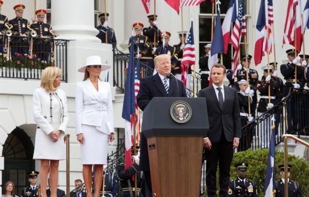 El presidente estadounidense, Donald Trump (d), la primera dama, Melania Trump (2i), el presidente francés, Emmanuel Macron (2d), y su esposa, Brigitte Macron (i), durante una ceremonia de bienvenida en la Casa Blanca, en Washington DC, Estados Unidos, h