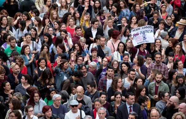 Centenares de personas se han concentrado esta tarde en la Plaza de Belluga de Murcia para mostrar su indignación por la sentencia de la Audiencia Provincial de Navarra que condena a los 5 miembros de la llamada Manada por un delito de abuso sexual, no de