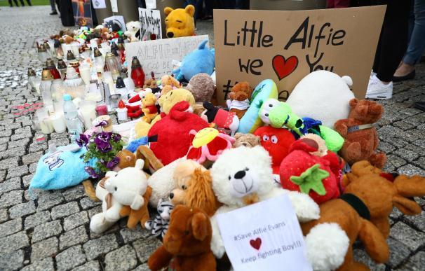 Velas, flores y peluches ante la embajada británica en Varsovia (Polonia) en apoyo a los padres de Alfie, (EFE/ Rafal Guz )