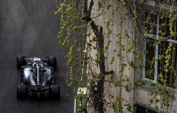 El piloto británico Lewis Hamilton durante la sesión de calificación para el Gran Premio de Fórmula Uno 2018 de Azerbaiyán, el 28 de abril de 2018. EFE / EPA / SRDJAN SUKI