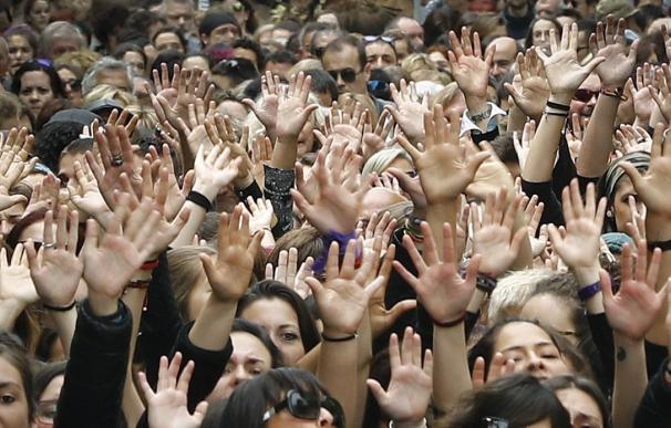 arios miles de personas se han reunido de nuevo hoy ante el Palacio de Justicia de Navarra para participar en una manifestación por las calles de Pamplona con final en la Plaza del Castillo, para mostrar su rechazo a la sentencia que ha condenado a los ci