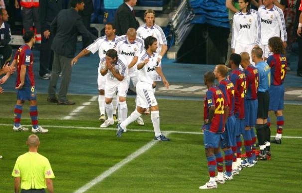 El Barcelona, haciendo el pasillo de campeón al Real Madrid el 7 de mayo de 2008