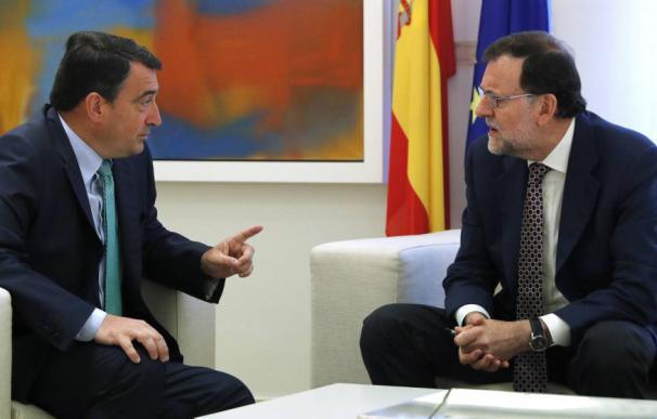 Rajoy con el portavoz parlamentario del PNV, Aitor Esteban