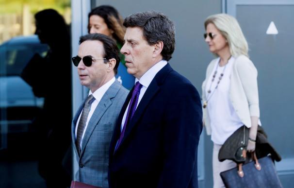 El padre de Diana Quer, José Carlos Quer (d), junto al abogado de la Fundación Clara Campoamor, Ricardo Pérez Lama, a su llegada al juzgado de Ribeira.