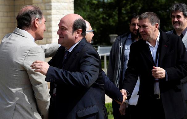 Arnaldo Otegi y Andoni Ortúzar a su llegada a Cambo