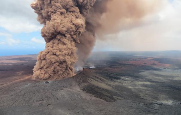 Columna de ceniza emergiendo del volcán Kilauea, en Hawái (Foto: usgs.gov)