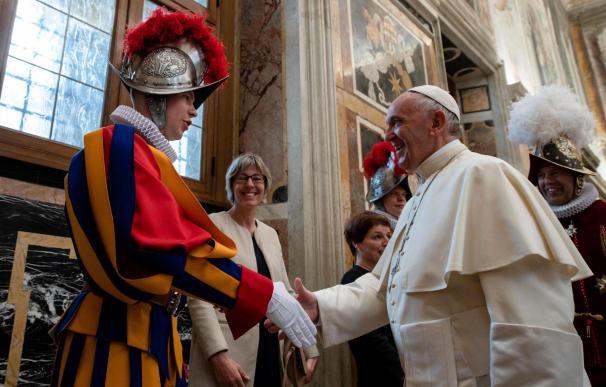 El papa Francisco recibiendo a la Guardia Suiza, durante la ceremonia de jura, en el salón Clementine del Vaticano, el 4 de mayo del 2018. EFE/Vaticano