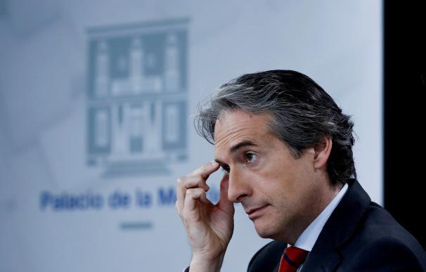El ministro de Fomento, Íñigo de la Serna, durante la rueda de prensa posterior al consejo de ministros celabrado esta mañana. EFE/ Emilio Naranjo