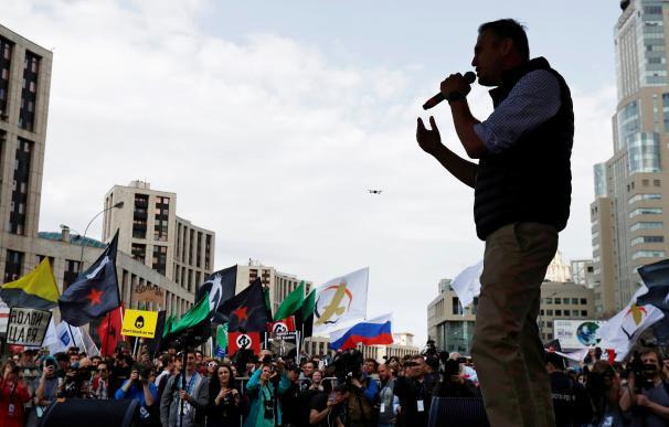 El líder opositor ruso, Alexéi Navalni (c), ofrece un discurso durante una marcha a favor de la libertad en Internet el pasado 30 de abril (EFE/ Sergei Ilnitsky)