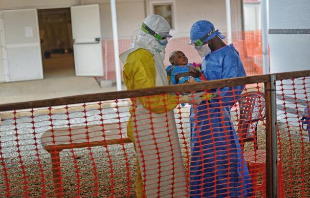Casi el 80% de los supervivientes de ébola presentan discapacidad un año después de la infección