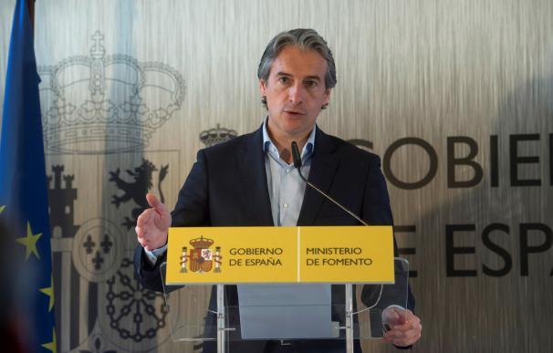 El ministro de Fomento, Iñigo de la Serna en la localidad cántabra de Reinosa. EFE/Pedro Puente Hoyos.