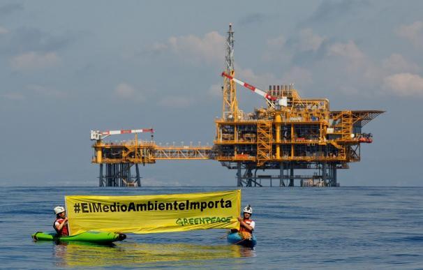 Activistas de Greenpeace frente a la plataforma del Castor.