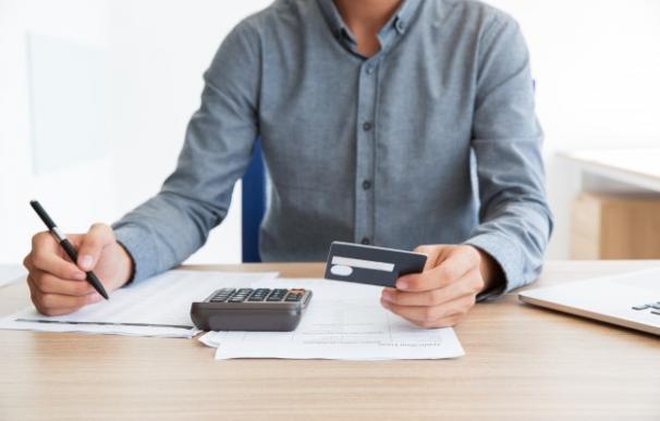 ¿Qué puedo hacer si mi declaración de la renta sale a pagar y no tengo liquidez?