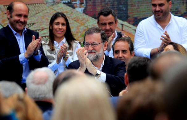 El presidente del Gobierno y del Partido Popular, Mariano Rajoy, durante la clausura del acto con candidatos municipales del PP de la provincia de Cádiz. EFE/A.Carrasco Ragel.