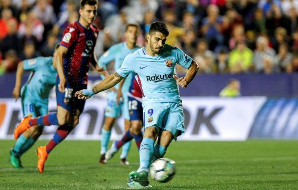 Luis Suárez lanza el penalti