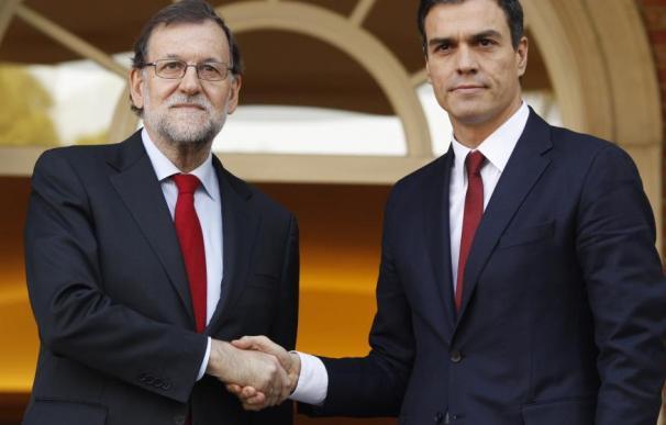 Pedro Sánchez con Mariano Rajoy en La Moncloa.