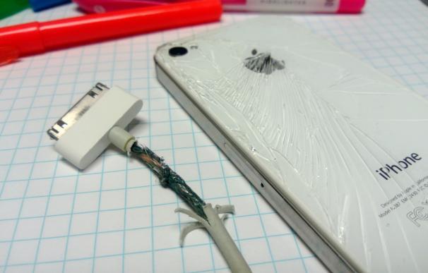Fotografía de un cargador de iPhone roto.
