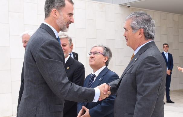 El Rey saludando al presidente de Pikolin, Alfonso Solans. (Foto: Pikolin)