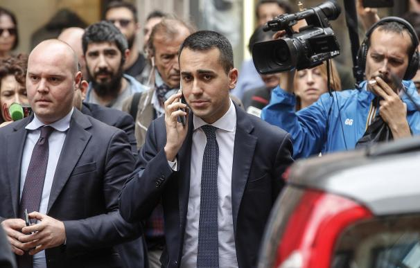 El líder del Movimiento 5 Estrellas (M5S), Luigi Di Magio (c), abandona la Cámara Baja del Parlamento en Roma (Italia) EFE/ Giuseppe Lami