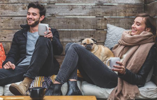 Fotografía de dos jóvenes felices.