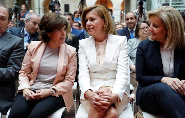 Soraya y Cospedal en la investidura de Garrido./ EFE
