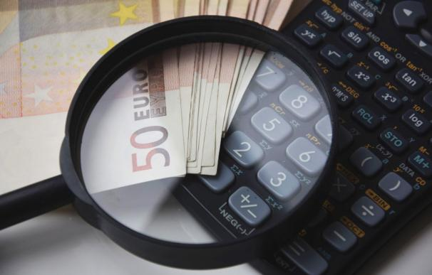 Fotografía de una calculadora para ahorrar dinero.