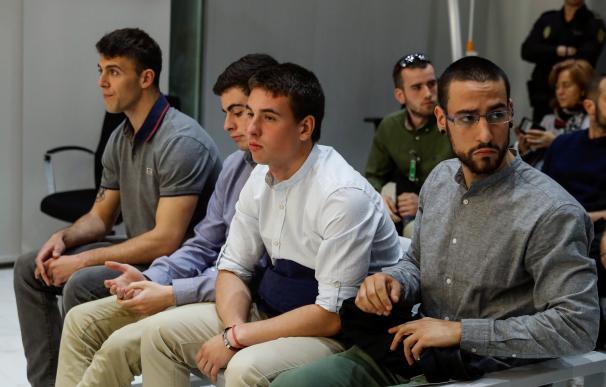 Los acusados de desorden público terrorista durante el juicio./EFE
