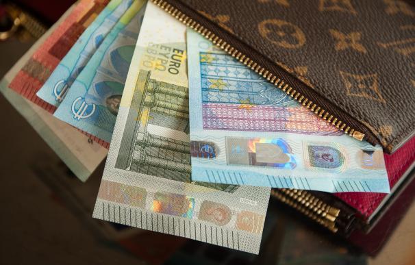 Fotografía de billetes de euros en una cartera.