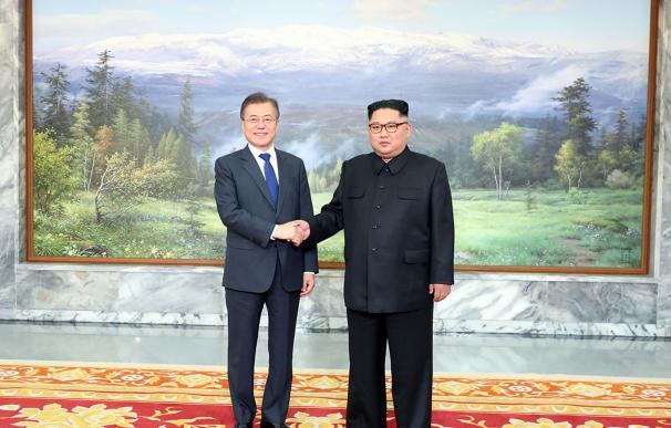 Imagen facilitada por Seúl que muestra al presidente surcoreano Moon Jae-In y al líder norcoreano Kim Jong-Un antes de su segunda cumbre el 26 de mayo de 2018. (EFE / EPA / CHEONG WA DAE)