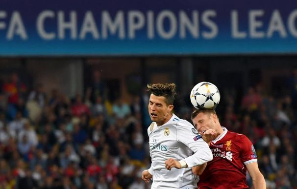 Cristiano Ronaldo pugna por un balón con James Milner (EFE/EPA/GEORGI LICOVSKI)