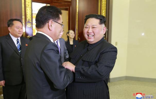 El líder de Corea del Norte, Kim Jong-un, saluda a miembros de la delegación surcoreana.
